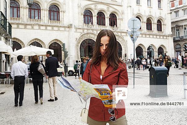 Portugal  Lisboa  Baixa  Rossio  junge Frau mit Stadtplan