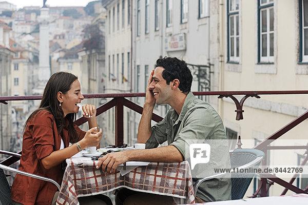 Portugal  Lisboa  Carmo  Largo du Duque  junges Ehepaar im Straßencafé