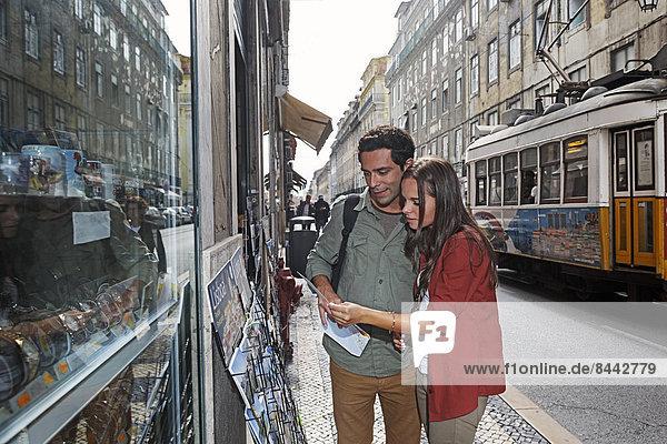 Portugal  Lisboa  Baixa  Rossio  junges Paar beim Betrachten von Postkarten