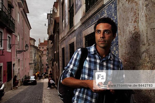 Portugal  Lisboa  Bairro Alto  junger Mann mit Handy