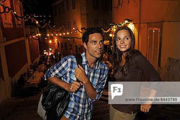 Portugal  Lisboa  Carmo  Calcada du Duque  junges Paar sucht Restaurant bei Nacht