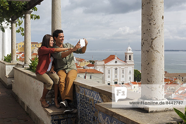 Portugal  Lisboa  Alfama  Miradouro de Santa Luzia  junges Paar fotografiert sich selbst