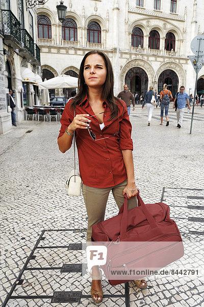 Portugal  Lisboa  Baixa  Rossio  Estacio do Rossio  junge Frau mit Reisetasche