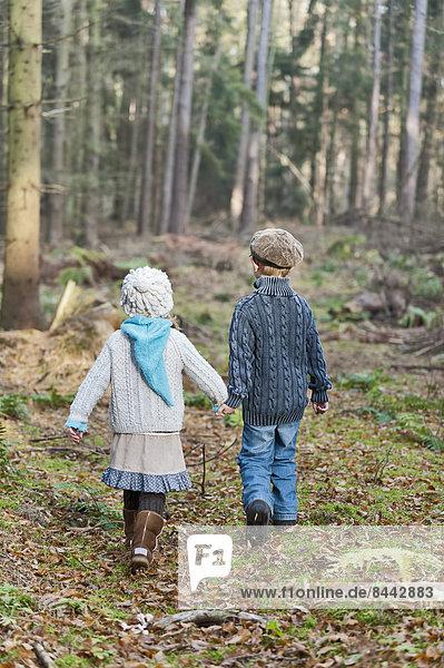 Deutschland  Nordrhein-Westfalen  Mönchengladbach  Szene aus dem Märchen Hänsel und Gretel  Bruder und Schwester im Wald