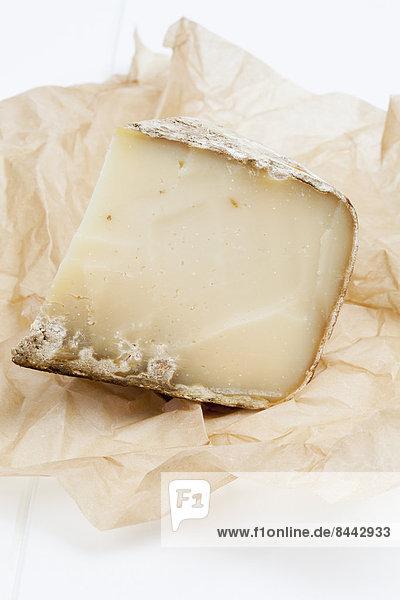Französischer Schafskäse und fettdichtes Papier Französischer Schafskäse und fettdichtes Papier