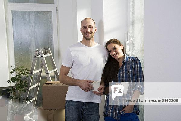 Junges Paar zieht in ein neues Zuhause  macht eine Kaffeepause