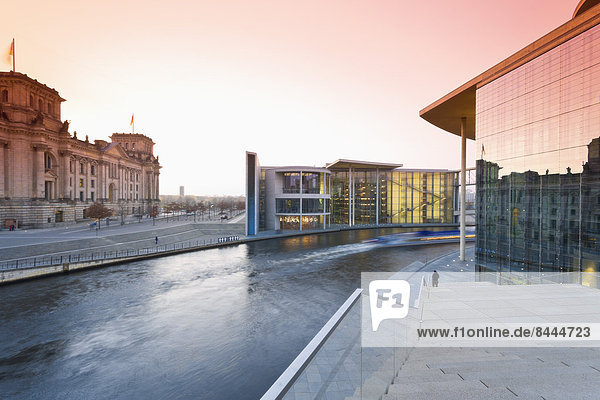 Deutschland  Berlin  Paul-Loebe-Haus  links Reichstag  rechts Marie-Elisabeth-Lüders-Gebäude