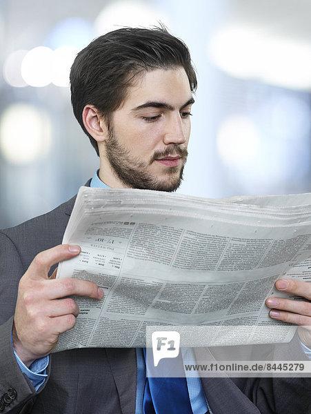 Porträt eines Geschäftsmannes beim Zeitungslesen