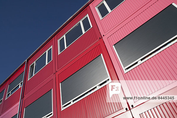 Deutschland  Bayern  München  Teil von roten und rosa tragbaren Gebäuden  die als Wohngebäude  Kindergärten oder Schulen genutzt werden.