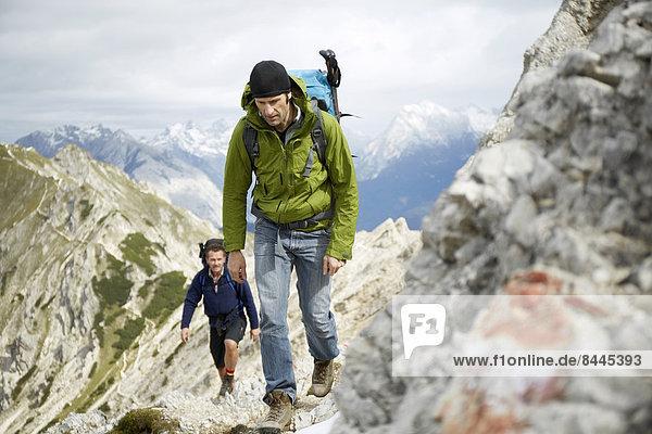 Österreich  Tirol  Karwendelgebirge  Bergsteiger in den Alpen