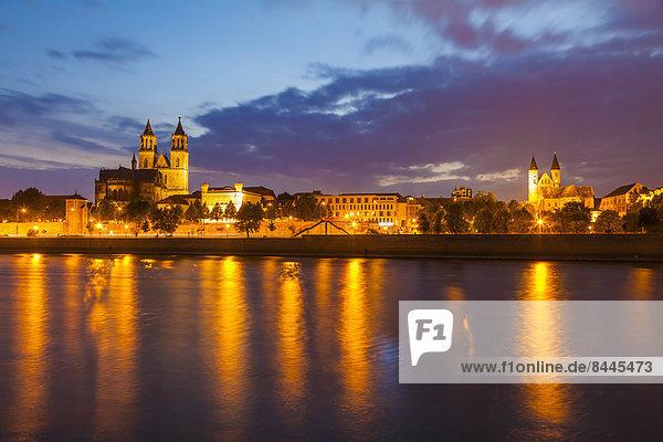 Deutschland  Sachsen-Anhalt  Magdeburg  Stadtbild mit Elbe  Kloster und Dom bei Dämmerung