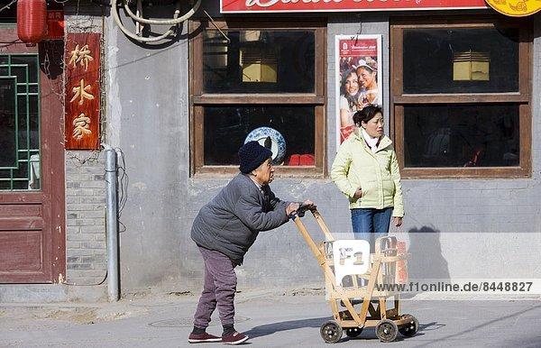 Frau, schieben, Senior, Senioren, Bürgersteig, Peking, Hauptstadt, vorwärts, Zimmer, China