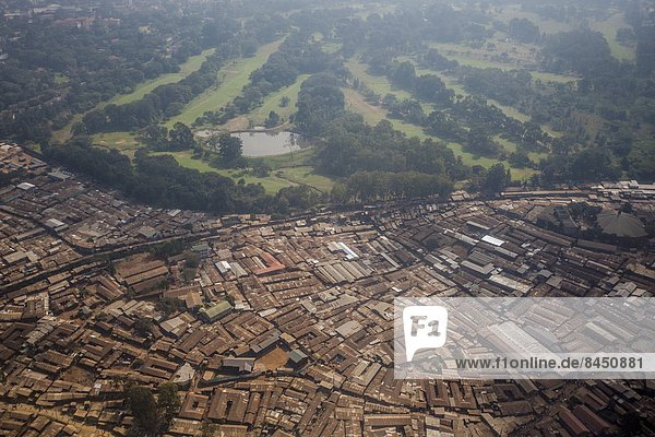 Ostafrika Nairobi Hauptstadt Ansicht Ghetto Wohnsiedlung Luftbild Fernsehantenne Afrika Kenia