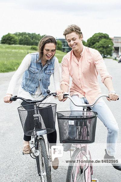 Junge Freunde beim Radfahren auf der Landstraße