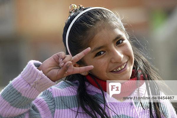 Mädchen macht das Siegeszeichen  El Alto  Departamento La Paz  Bolivien Mädchen macht das Siegeszeichen, El Alto, Departamento La Paz, Bolivien