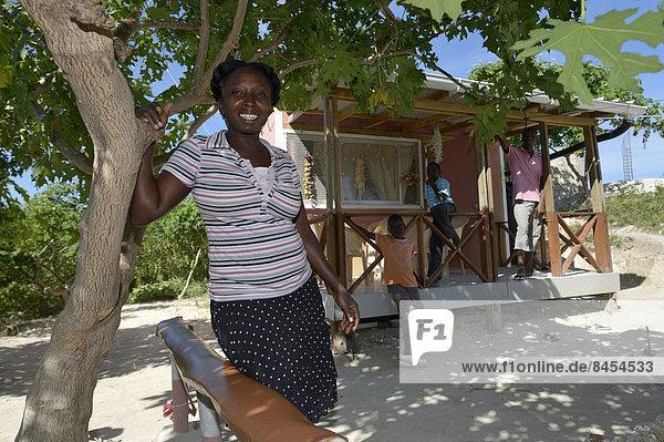 stehend Frau empfangen Wohnhaus frontal Hilfe Erdbeben Haiti Organisation Thema