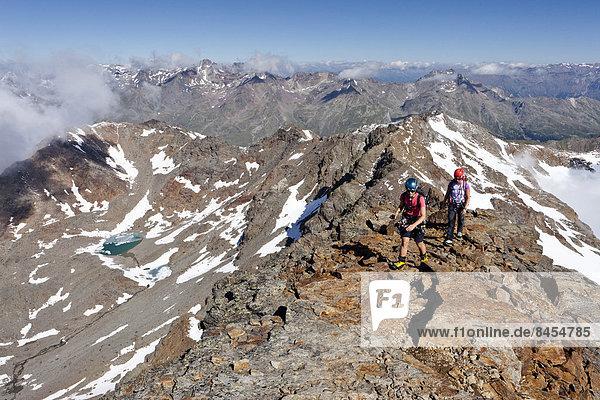 Bergsteiger beim Aufstieg über den Gipfelgrat auf die Hintere Eggenspitze im Ultental  Südtirol  Italien