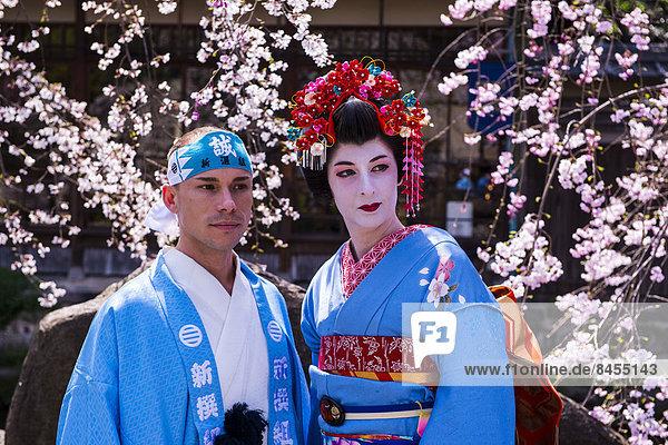 Traditionell gekleideter Mann und Geisha im Geisha-Viertel Gion  Kyoto  Japan