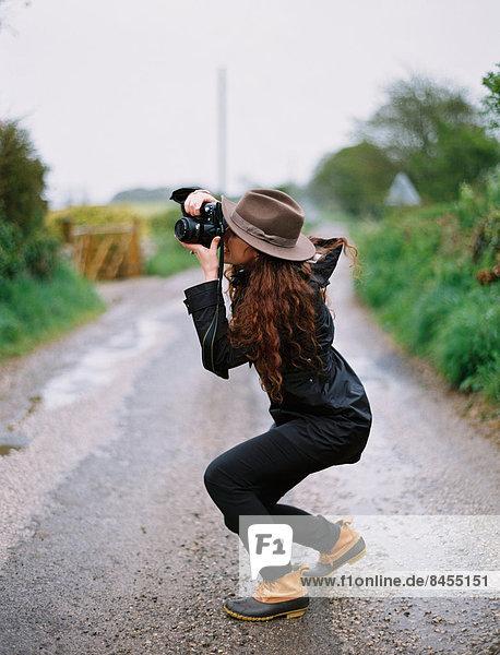 hocken - Mensch  Frau  Fotografie  nehmen  Fernverkehrsstraße