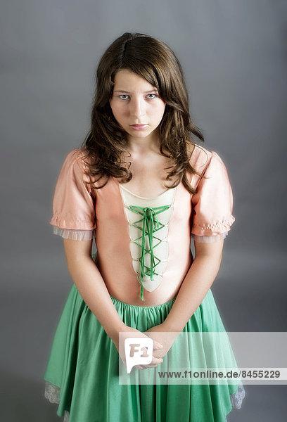 Mädchen in altmodischem Kleid schaut traurig Mädchen in altmodischem Kleid schaut traurig