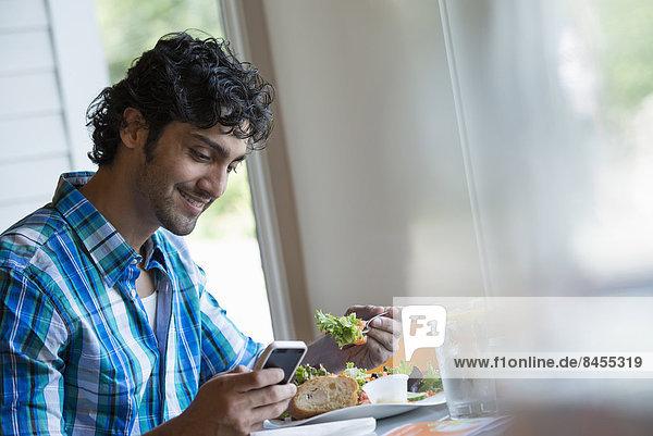 sitzend  Mann  Prüfung  Telefon