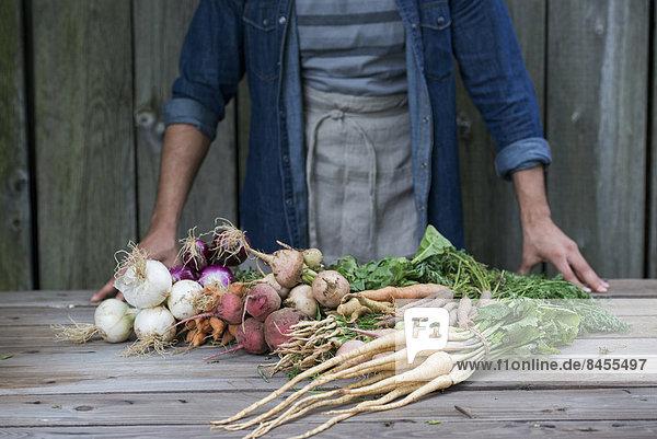 Mann  Frische  Gemüse  Tisch  sortieren
