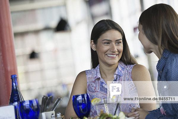 sitzend  Frau  Cafe  Gericht  Mahlzeit  2  Tisch