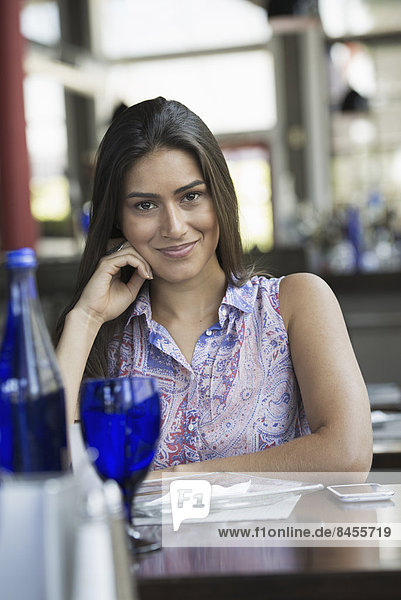 Frau  Entspannung  Innenaufnahme  Cafe  jung  Tisch