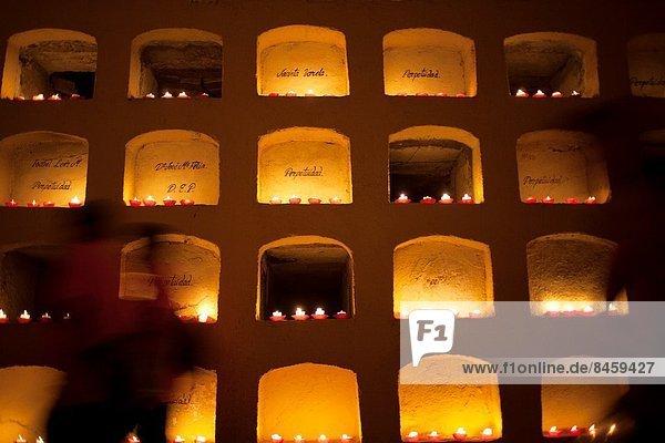 Tag  Fest  festlich  Tradition  ehrbar  Kerze  schmücken  Mexiko  Grabmal  Friedhof  Oaxaca