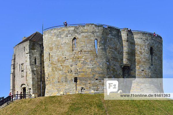 Der Clifford's Tower  Bergfried des York Castle  York  North Yorkshire  England  Großbritannien