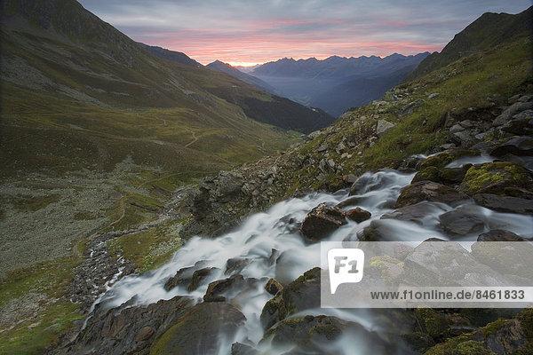 Wasserfall eines Gebirgsbachs bei Sonnenaufgang  Kappl  Verwall  Paznauntal  Tirol  Österreich