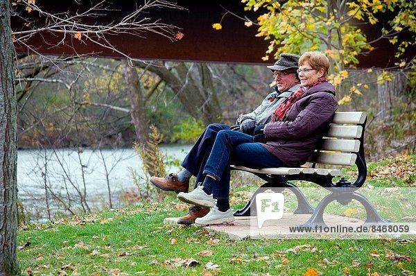 Senior  Senioren  Entspannung  Fluss  Herbst  Staatsbürger  Nachmittag  Kanada  Ontario