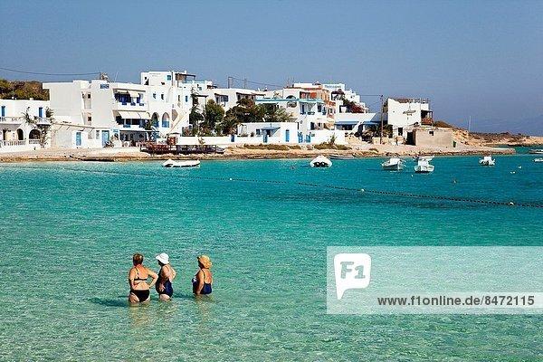 Europa Frau nehmen Badeanzug Senior Senioren Meer Zeit Kykladen Griechenland Griechische Inseln