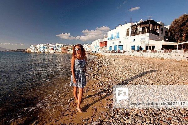 Europa  Frau  gehen  Strand  klein  Kykladen  Ortsteil  Griechenland  Griechische Inseln  Mykonos  Venedig