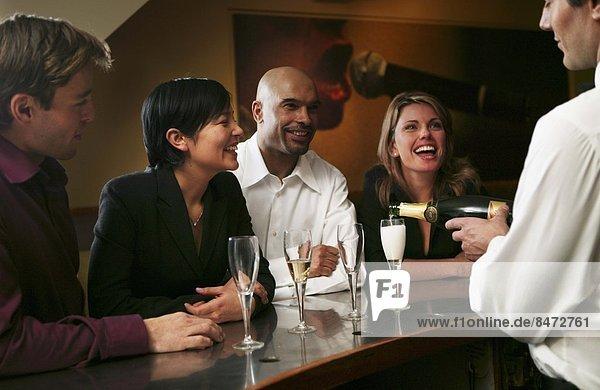 stehend  Mensch  Menschen  Menschengruppe  Menschengruppen  Gruppe  Gruppen  jung  trinken  Champagner
