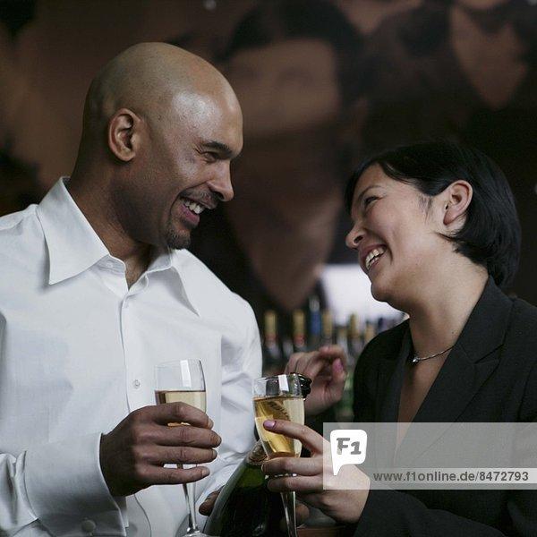 Frau  Mann  jung  trinken  Champagner
