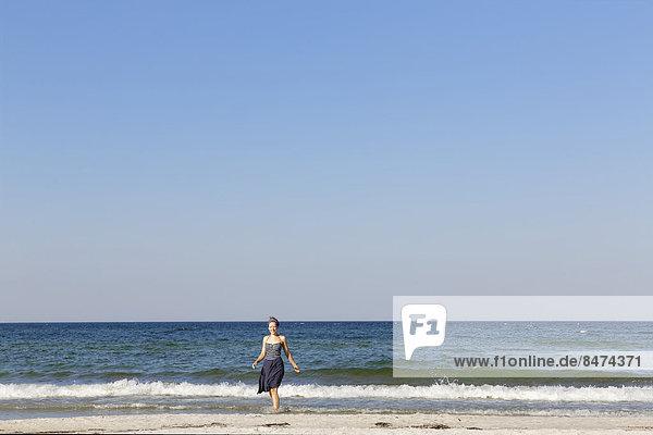Frau am Strand  Ostseebad Ahrenshoop  Fischland-Darß-Zingst  Nationalpark Vorpommersche Boddenlandschaft  Mecklenburg-Vorpommern  Deutschland