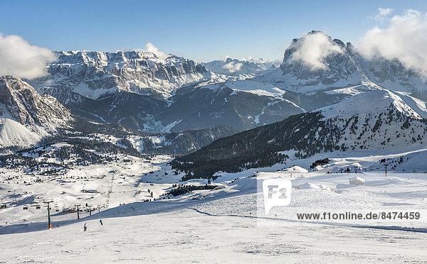 Skigebiet am Berg Seceda  hinten Sellamassiv und rechts Langkofel  3281m  gehört zu Skikarusell Dolomiti Superski  Geislergruppe  Grödner Dolomiten  Rainelles  Trentino-Südtirol  Italien