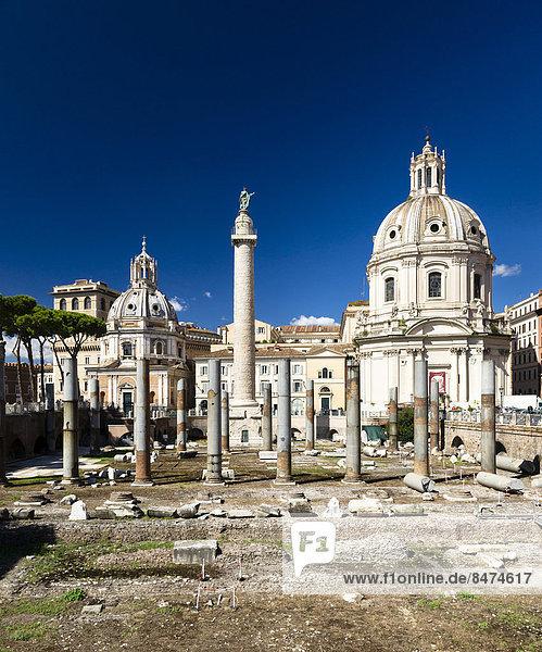 Das Trajansforum mit der Trajanssäule und den Säulen der Basilica Ulpia  die Kirchen Chiesa SS. Nome di Maria e Bernardo  rechts  und Santa Maria di Loreto  links  Rom  Latium  Italien
