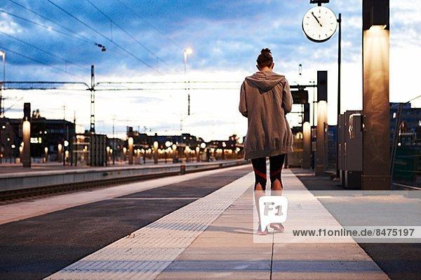 Fitnesstraining  Frau  Kleidung  gehen  Reise  Haltestelle  Haltepunkt  Station  Zug
