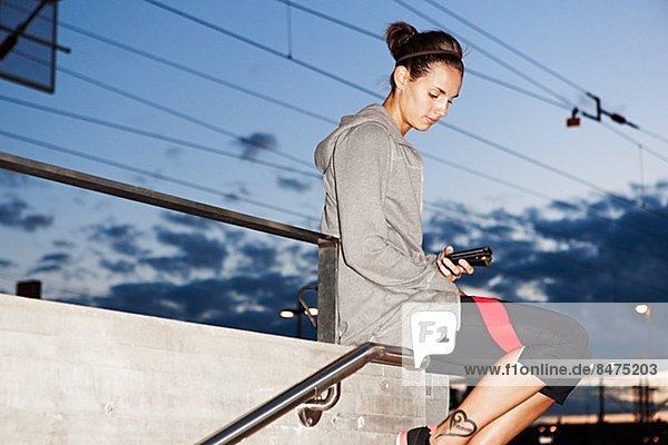 sitzend  Fitnesstraining  Frau  Kleidung  Wand  warten  Zug
