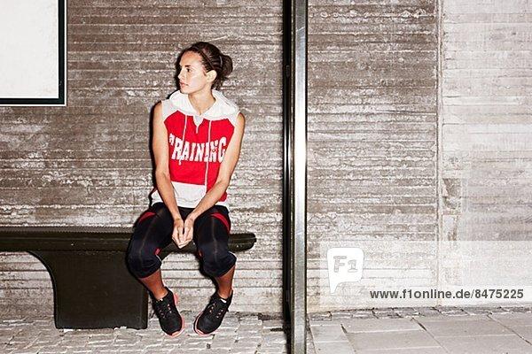 Fitnesstraining  Frau  Kleidung  warten  Omnibus