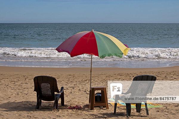 Stühle und Sonnenschirm am Strand  Sri Lanka