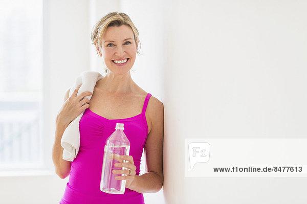 Wasser  Portrait  Frau  halten  Kleidung  Flasche  Sport