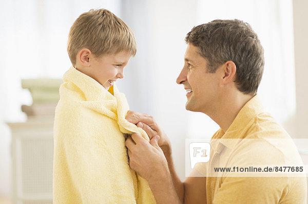 Menschlicher Vater  Sohn  Handtuch  5-9 Jahre  5 bis 9 Jahre  umwickelt