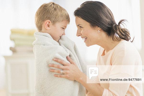 Sohn  Handtuch  5-9 Jahre  5 bis 9 Jahre  Mutter - Mensch  umwickelt
