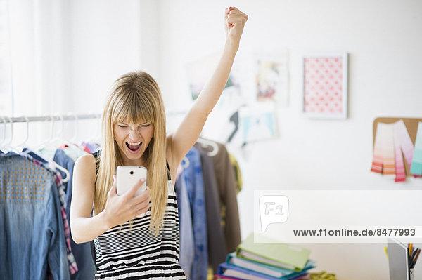 Frau  sehen  jubeln  Telefon  Handy