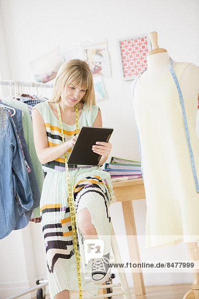 Weiblichen Mode-Designer arbeiten in studio