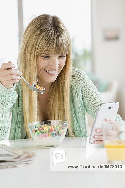 benutzen  Getreide  Frau  Telefon  essen  essend  isst