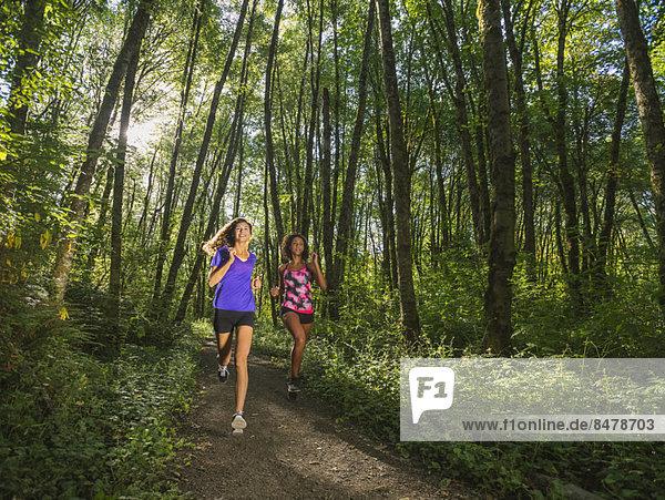 Frau  Wald  joggen  2  jung
